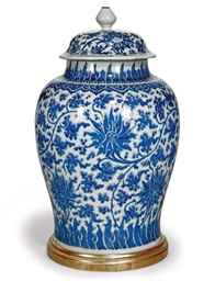 A CHINESE BLUE AND WHITE LAMPE