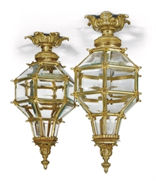 A PAIR OF GILT-BRONZE HALL LAN