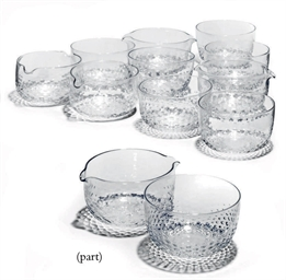 A GROUP OF CLEAR GLASS WINE-GL