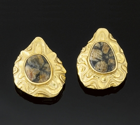 A Pair of 18ct. Gold and Chias