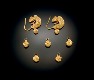 A PAIR OF GOLD MAKARA-FORM EAR
