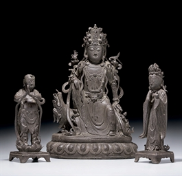 A RARE BRONZE GROUP OF GUANYIN