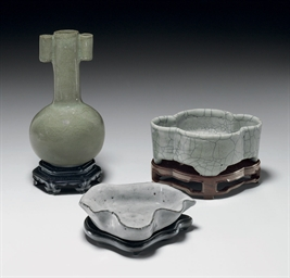 A SMALL GUAN-TYPE ARROW VASE