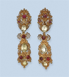 AN ANTIQUE PAIR OF GEM SET EAR