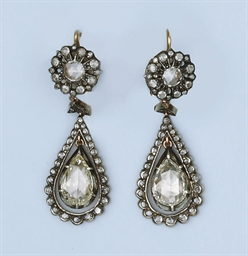 A PAIR OF ROSE DIAMOND EARRING
