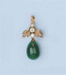 AN EMERALD EGG PENDANT