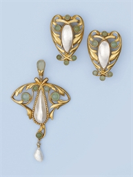 AN ANTIQUE SUITE OF JEWELS, BY