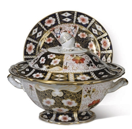 AN ENGLISH IMARI PORCELAIN SER