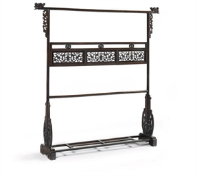 A CHINESE HONGMU CLOTHES RACK,