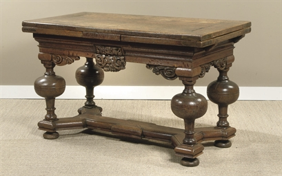 AN OAK DRAW-LEAF TABLE