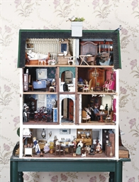 A DOLLS HOUSE WITH VARIOUS FIG