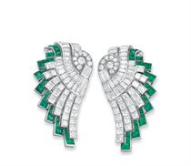 A PAIR OF ART DECO DIAMOND AND EMERALD CLIP BROOCHES, BY HENNELL