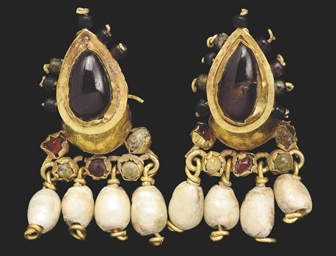 A PAIR OF ROMAN GOLD, GARNET A