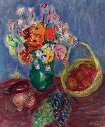 Vase de fleurs avec fruits