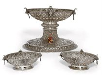 A SUITE OF VICTORIAN SILVER DISHES