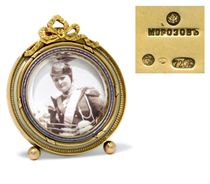 A SMALL RUSSIAN GOLD AND ENAMEL PHOTOGRAPH FRAME