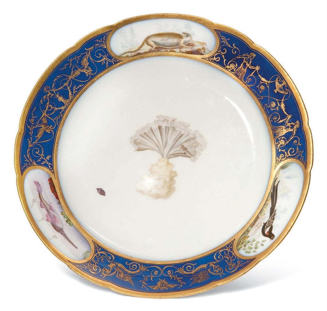 assiette en porcelaine de lille de la fin du xviiieme siecle marque en or au dauphin couronne. Black Bedroom Furniture Sets. Home Design Ideas
