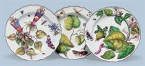 TWO CHELSEA PORCELAIN 'HANS SLOANE' PLATES AND A SOUP PLATE
