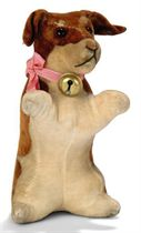 A STEIFF RATTLE BEGGING DACHSHUND, (4414), brown and cream m