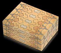 A GEORGE V THREE-COLOUR GOLD SNUFF-BOX