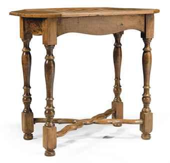 TABLE A JEUX DE STYLE LOUIS XIII