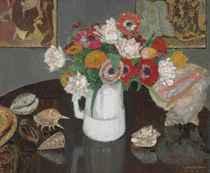 Bouquet d'anémones dans un pichet et coquillages