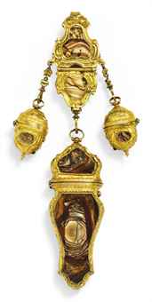 A GEORGE III PINCHBECK MOUNTED HARDSTONE CHATELAINE WITH NECESSAIRE