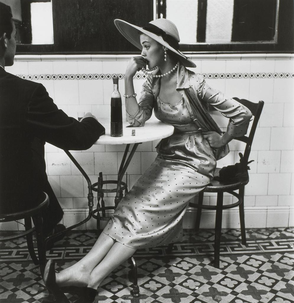 Пьяная дама снимается в кафе 20 фотография