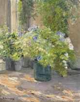 Blumentöpfe vor dem Haus