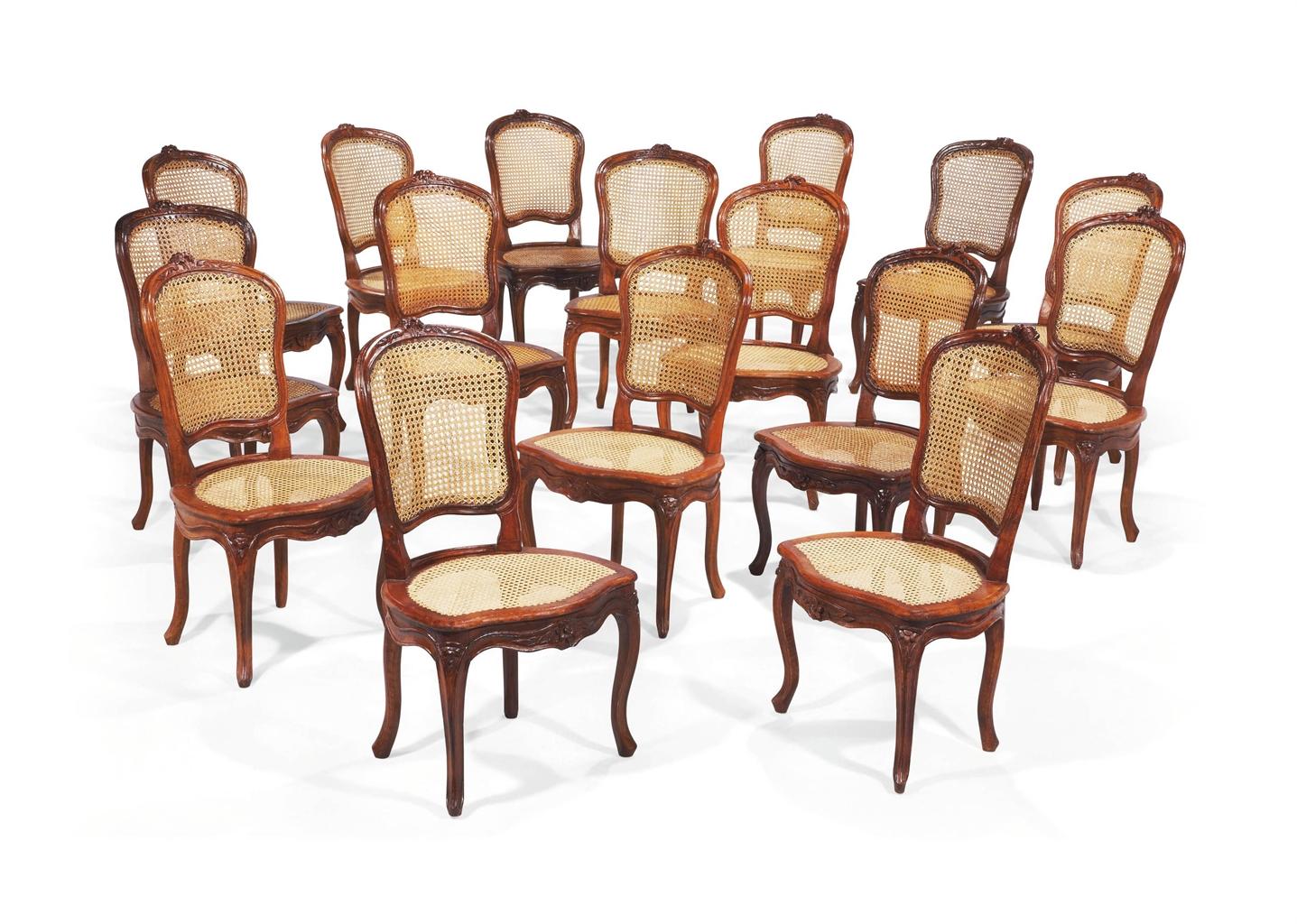 Suite de seize chaises de salle a manger en partie d for Salle a manger louis xiii