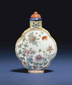 A FAMILLE ROSE PORCELAIN QUADRILOBED SNUFF BOTTLE