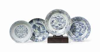 FOUR ASIAN BLUE AND WHITE CHARGERS, AND A REGENCY PLATE STAND