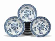 A SET OF FIFTEEN CHINESE BLUE AND WHITE OCTAGONAL SHALLOW SO