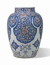 A LARGE BLUE AND WHITE AND UNDERGLAZE RED BALUSTER JAR
