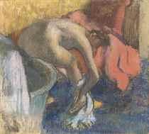 Après le bain, femme s'essuyant la jambe (le peignoir rouge)