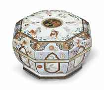 A RARE FAMILLE ROSE OCTAGONAL BOX AND COVER
