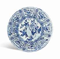 A CHINESE BLUE AND WHITE KRAAK PORSELEIN DISH
