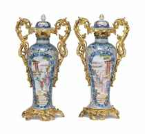 A PAIR OF CHINESE EXPORT-STYLE VASES AND COVERS WITH GILT-ME