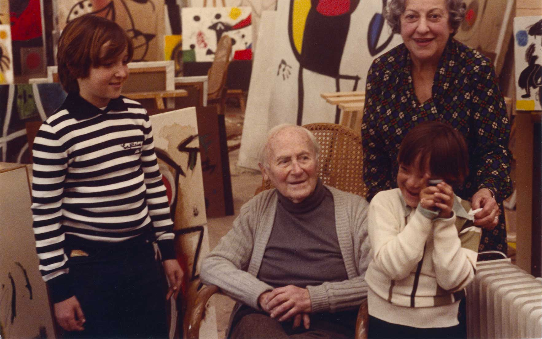 Joan Punyet, Joan Miró, Teo Punyet and Pilar Juncosa, Sert Studio, Palma de Mallorca 1978. Photo Francesc Català-Roca.  © Photographic Archive F. Català-Roca