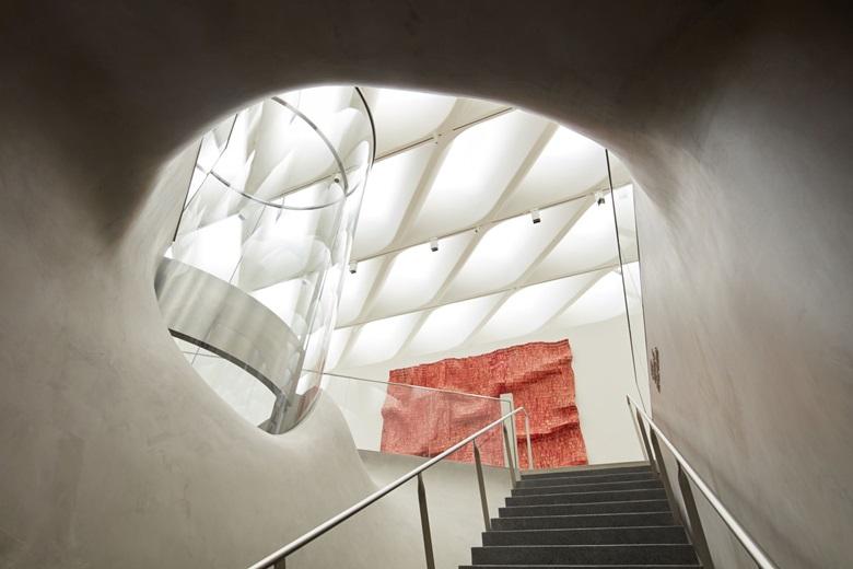 The Broad ve El Anatsui'de bir merdiven, Red Block, 2010 © El Anatsui, sanatçı ve Jack Shainman Gallery, NY'nin izniyle