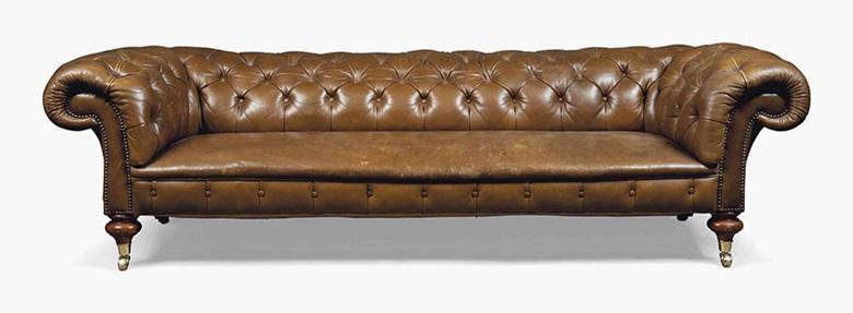 维多利亚晚期棕色皮革切斯特菲尔德沙发,十九世纪末制。 高27英寸(68.5厘米);宽93英寸(236.5厘米);深3912英寸(105厘米)。 此拍品于2016年7月20日在佳士得伦敦售出,成交价3,250英镑
