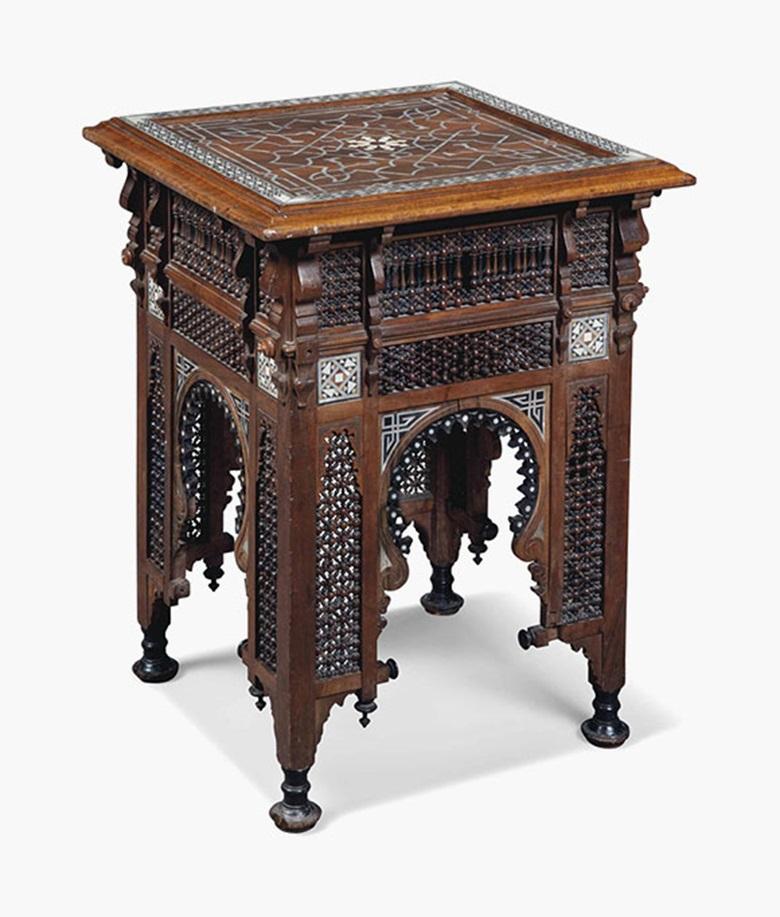 摩尔式象牙和贝母镶嵌硬木和乌木色角几,约1900年制。 高29英寸(74公分);长及宽均为2112英寸(55公分)。 此拍品于2016年7月20日在佳士得伦敦售出,成交价2,125英镑