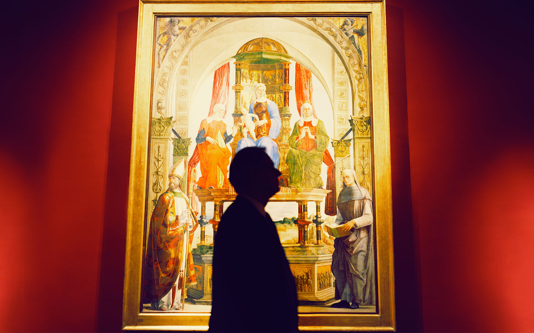 Bradburne in front of Ercole de' Roberti's Madonna and Child Enthroned with Saints. Photograph by Alberto Zanetti