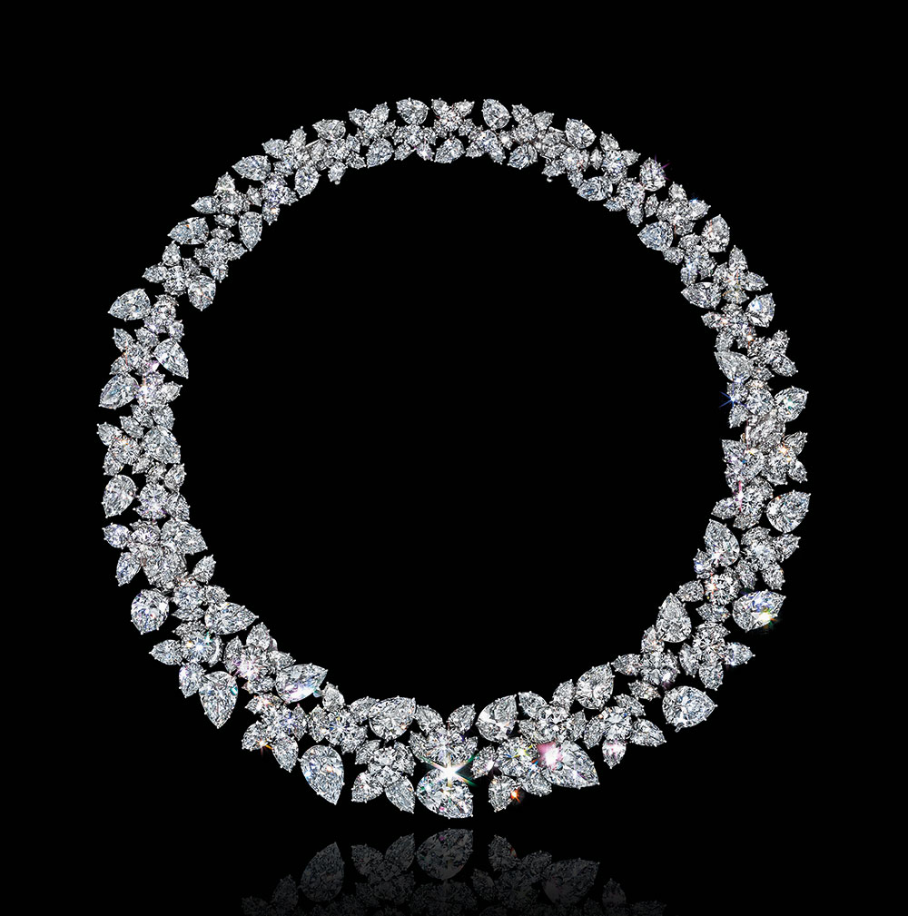 鑽石項鏈,海瑞溫斯頓設計;連同塞西爾‧比頓(Cecil Beaton)拍攝的照片。此拍品於佳士得紐約在2016年12月7日舉行的瑰麗珠寶拍賣中以1,027,500美元成交。