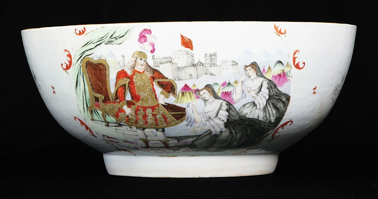 Porcelain Chinese export punch bowl with European figures inspired by a theatrical print of 1749 depicting an actor playing 'Coriolanus' on stage at Covent Garden, at Cohen & Cohen