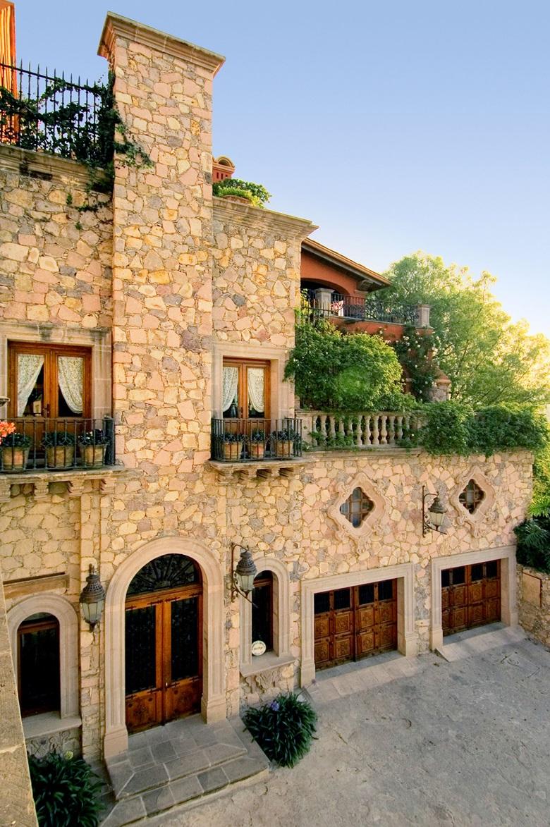 Luxury living grand fa ades christie 39 s for Piani casa adobe hacienda