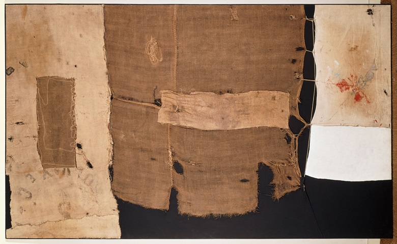 Alberto Burri (Città di Castello 1915-Nice 1995), Sacco e bianco (Sack and White), 1953. Oil, plaster render, different fabrics, hessian mounted on canvas, string. 149 x 249.5 cm. Paris, Centre Pompidou, Musée national dart moderneCentre de création industrielle. Photo © Centre Pompidou, MNAMCCI, Dist. RMN-Grand Palais  Jacqueline Hyde. Alberto Burri by SIAE 2018