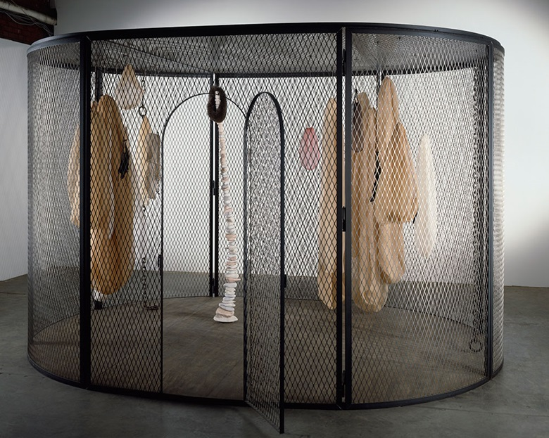 Louise Bourgeois, Peaux de Lapins, chiffons ferrailles à vendre, 2006. Steel, stainless steel, marble, wood, fabric and plexiglass. 251.5 x 304.8 x 403.9 cm. Collection The Easton Foundation © The Easton FoundationVG Bild-Kunst, Photo Christopher Burke