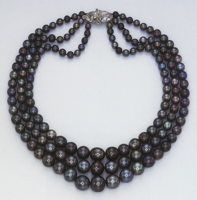 Nina Dyers black pearl necklace sold in 1969 at Christies in Geneva for CHF 580,000