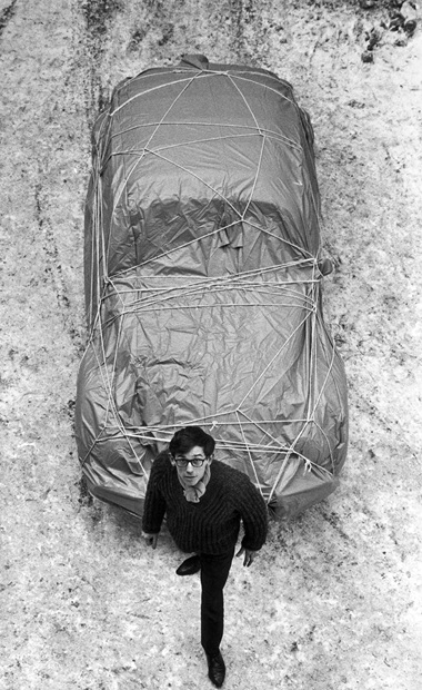 Christo with Wrapped Car (Volkswagen), 1963. Photo Charles Wilp. © 2018. Photo Scala, Florencebpk, Bildagentur für Kunst, Kultur und Geschichte, Berlin. © 1963 Christo